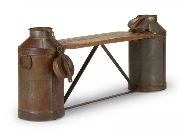 Sitzbank im Industriedesign aus Milchkannen